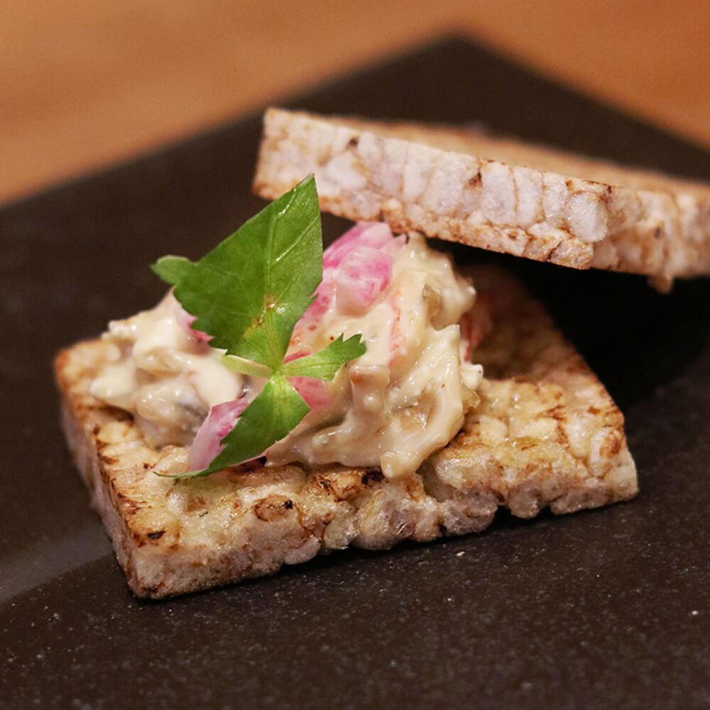 「じゃこオイル漬け」をディップにして、玄米トーストにのせれば、簡単おいしいおつまみに!