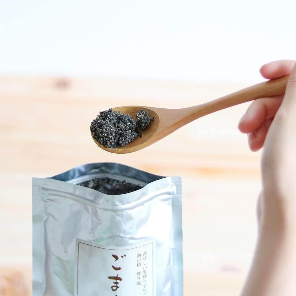 黒ごまの風味とマイルドな味わいの天然塩。