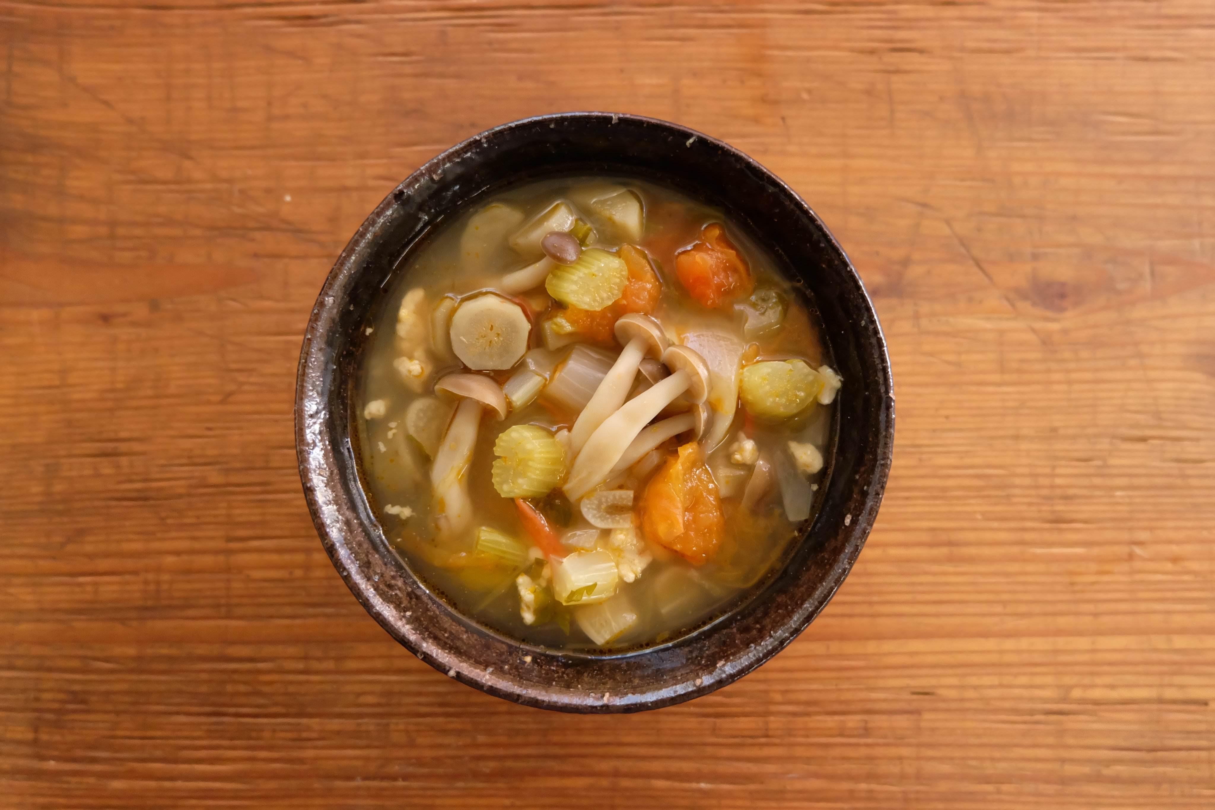 【ツマめしレシピ】02|コンソメなしで旨みたっぷり!セロリとハーブのトマトスープ