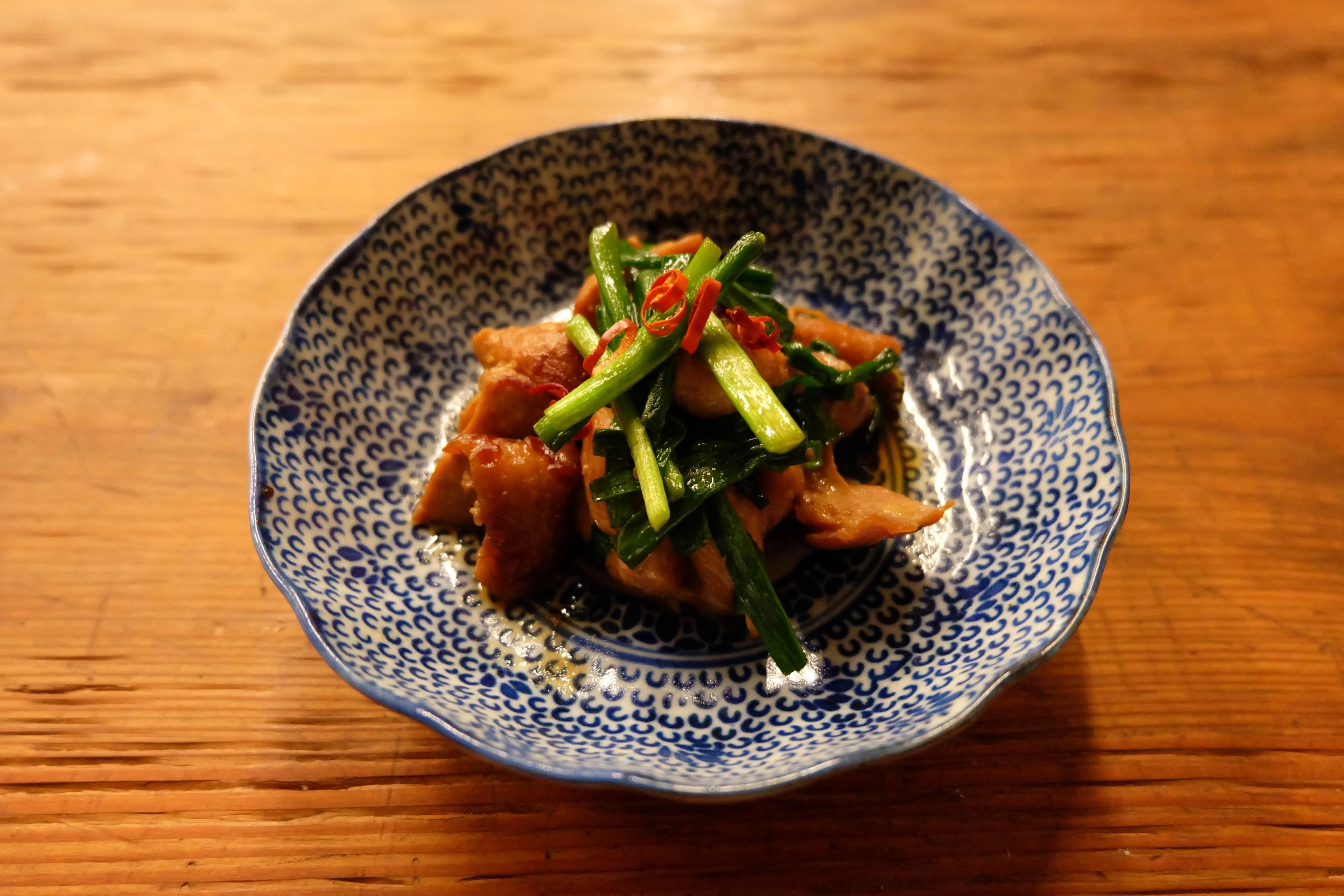 【ツマめしレシピ】05|鶏とニラの炒めものを、醤油味噌の老舗がつくる本物の「醤油糀」で。