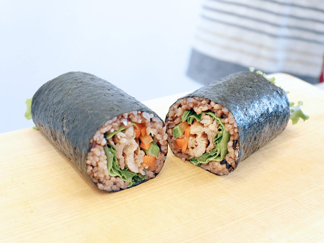 【#スタミナロール編】寝かせ玄米ごはんパックで巻き寿司を作ろう!スタミナ豚肉ロール寿司のレシピ