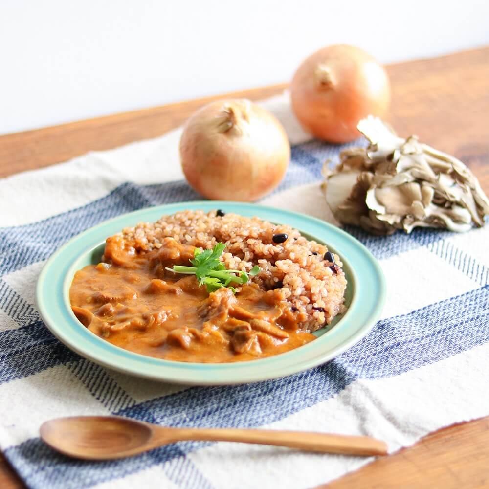 国産豚肉のうま味、玉ねぎの甘み、まいたけの食感、塩糀のコクがクセになる味わい。