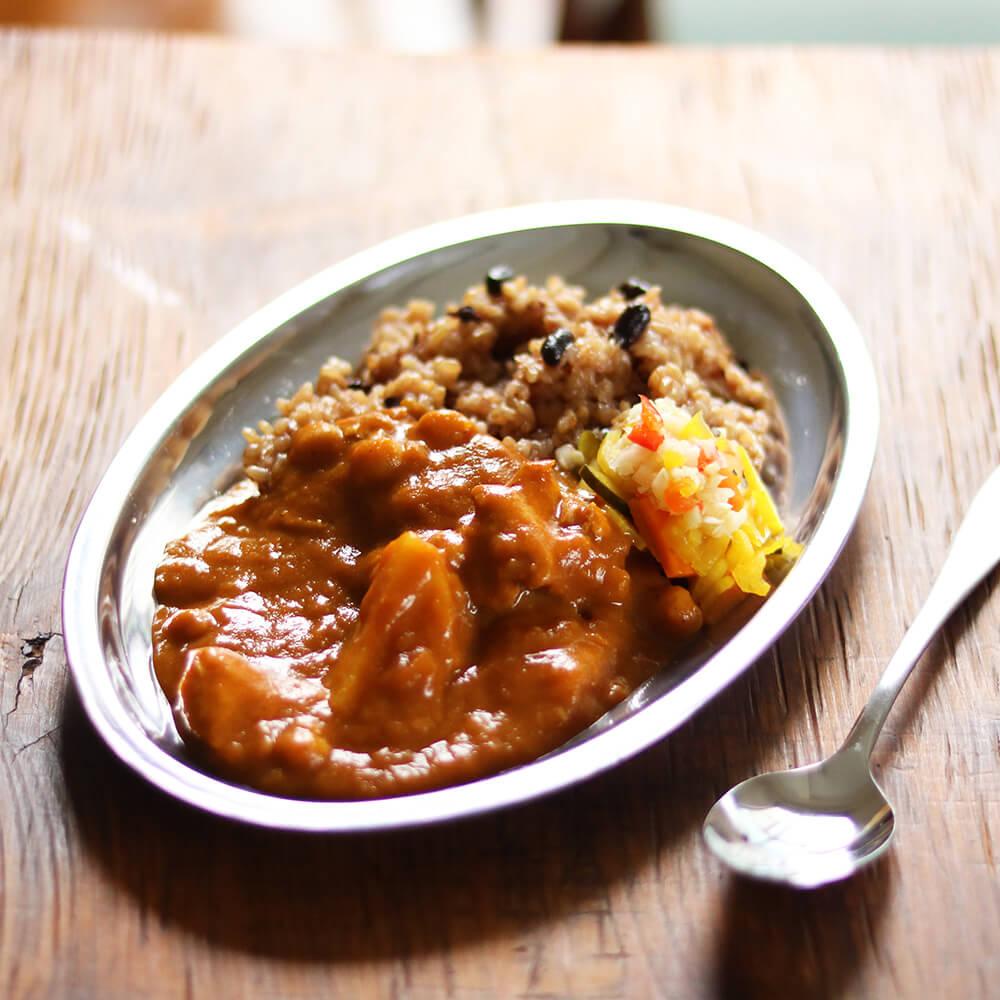 トマトの酸味と素材の甘さがポイントの「ごろごろ野菜とひよこ豆のカレー」。