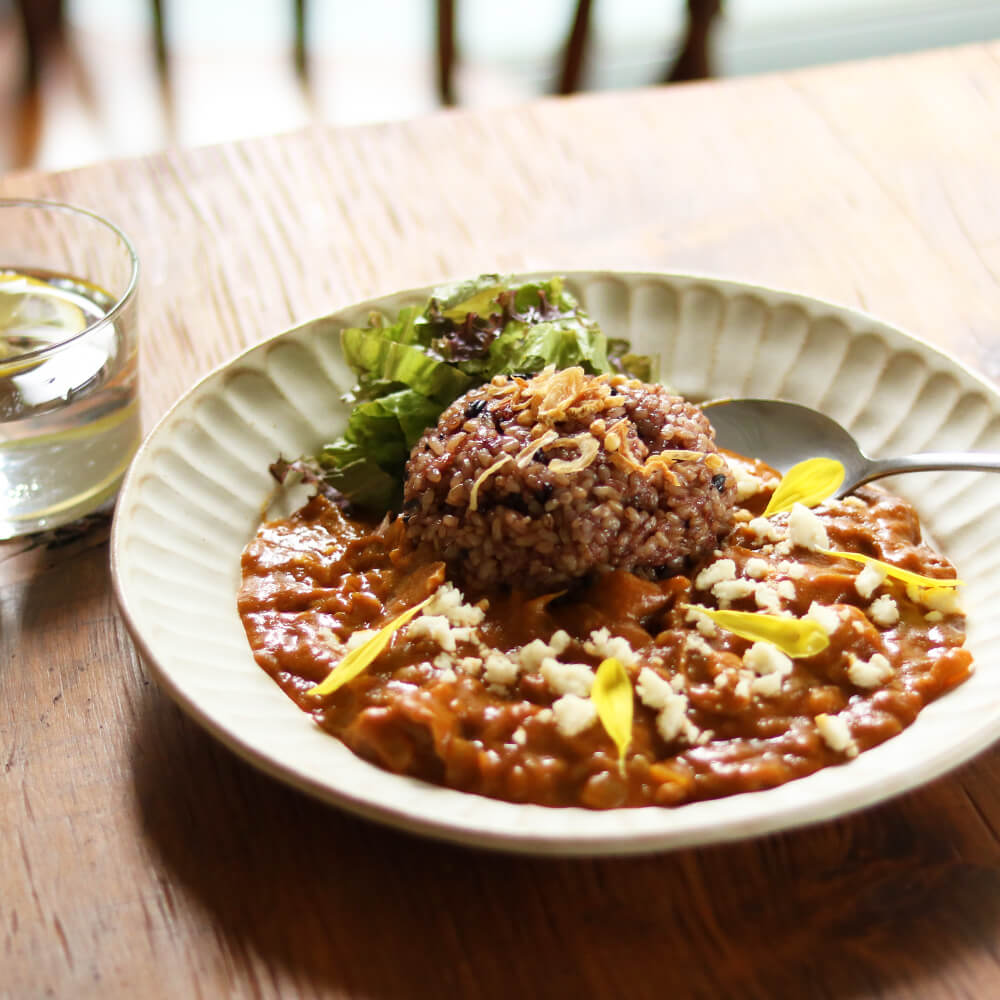 塩糀のコクとまいたけの食感が人気の「まいたけと玉ねぎの糀ポークカレー」。