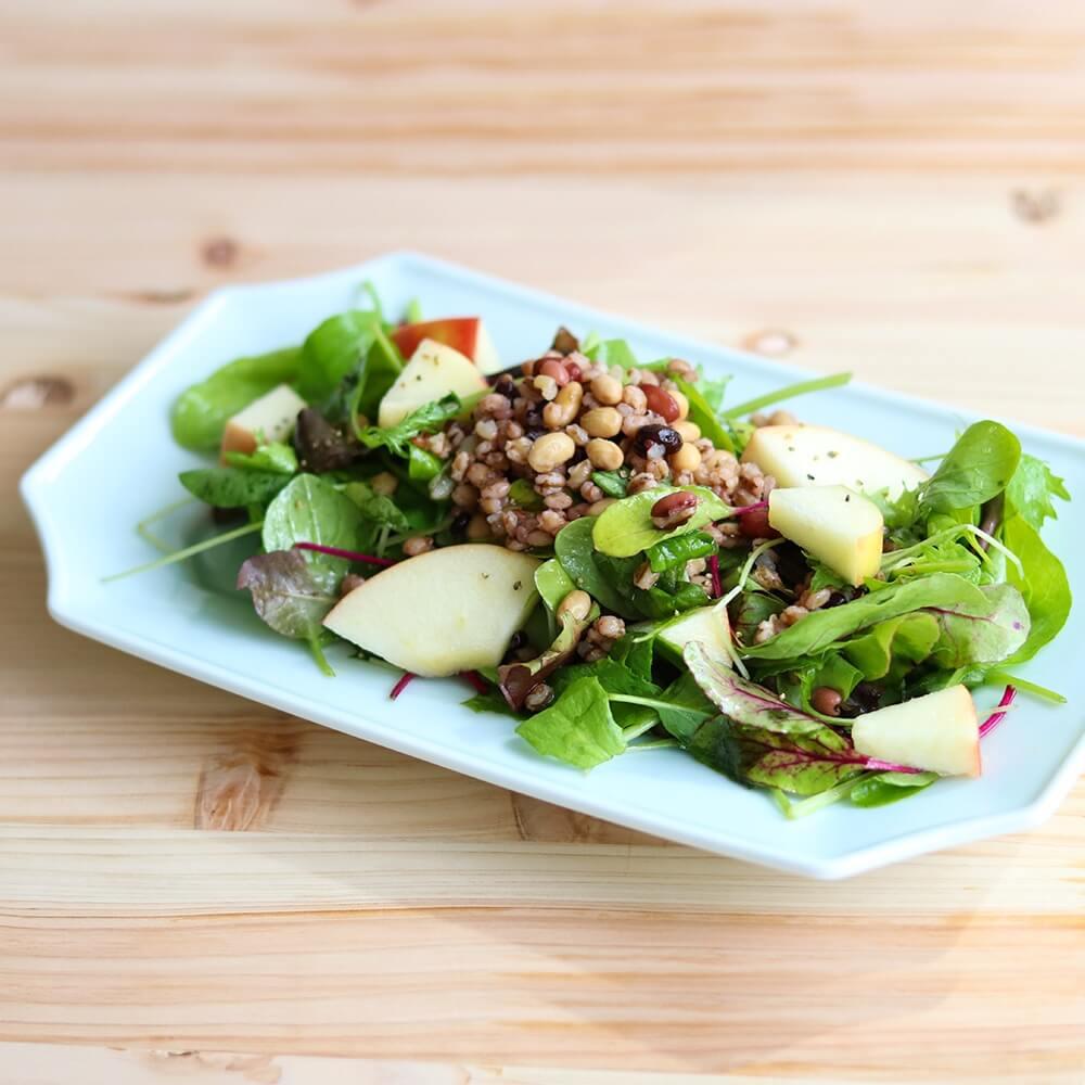 「そのまままぜる雑穀」サラダに混ぜれば、食べ応えのある雑穀サラダに!
