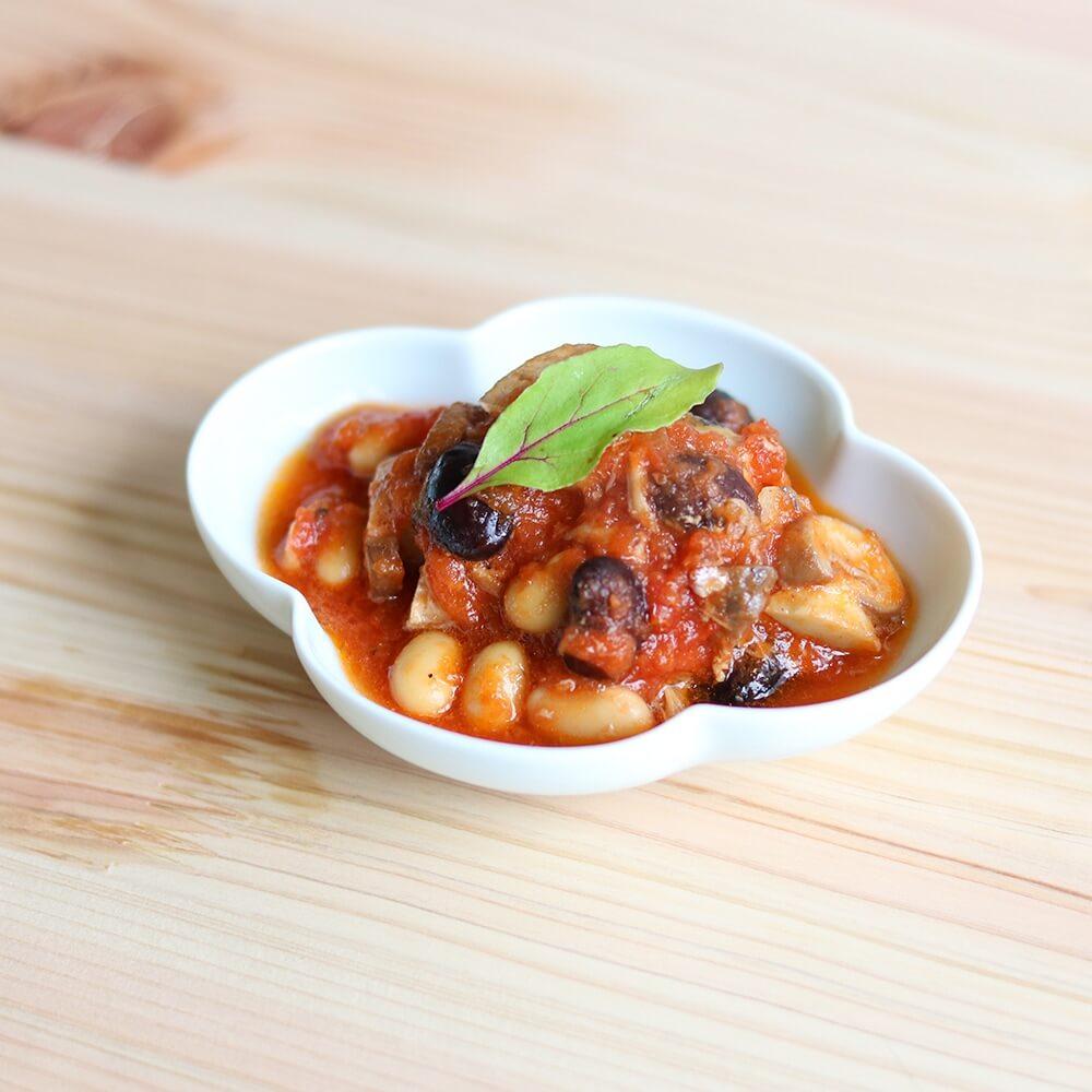 「発芽黒豆」と「蒸し大豆」をトマト缶と煮込めば、おかずにもスープにもなるトマト煮込みに。