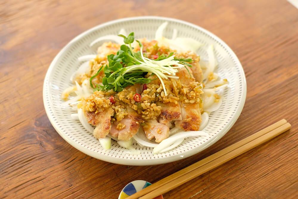 【ツマめしレシピ】13|こんがり鶏肉の香味ソースがけ。食欲の落ちる夏に薬味たっぷりの一皿を。