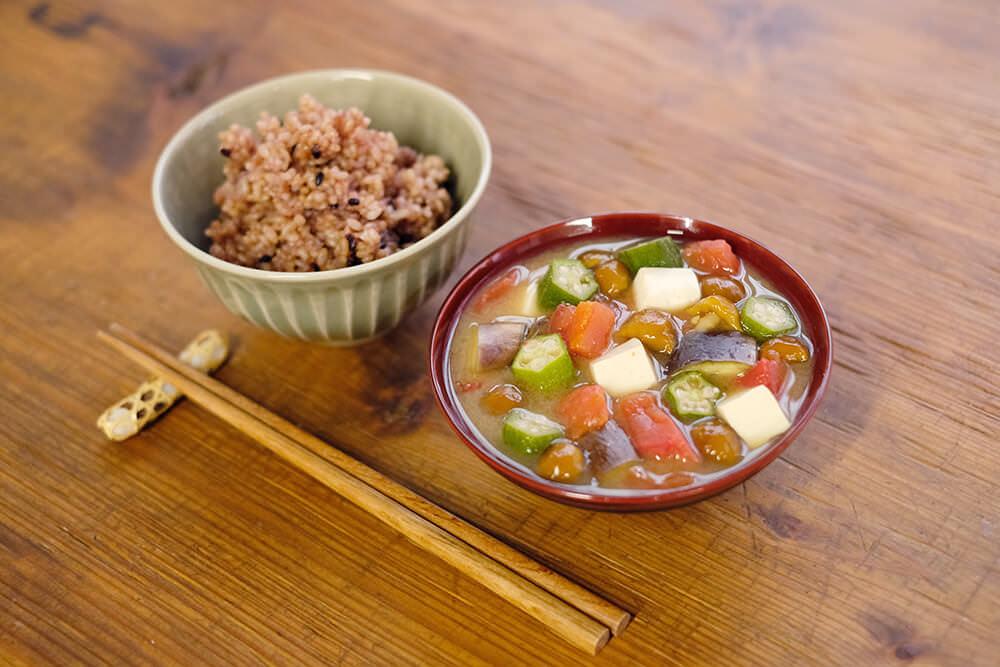 体を冷やし過ぎずに、夏野菜を美味しく食べる!赤だしなめこ汁のレシピ