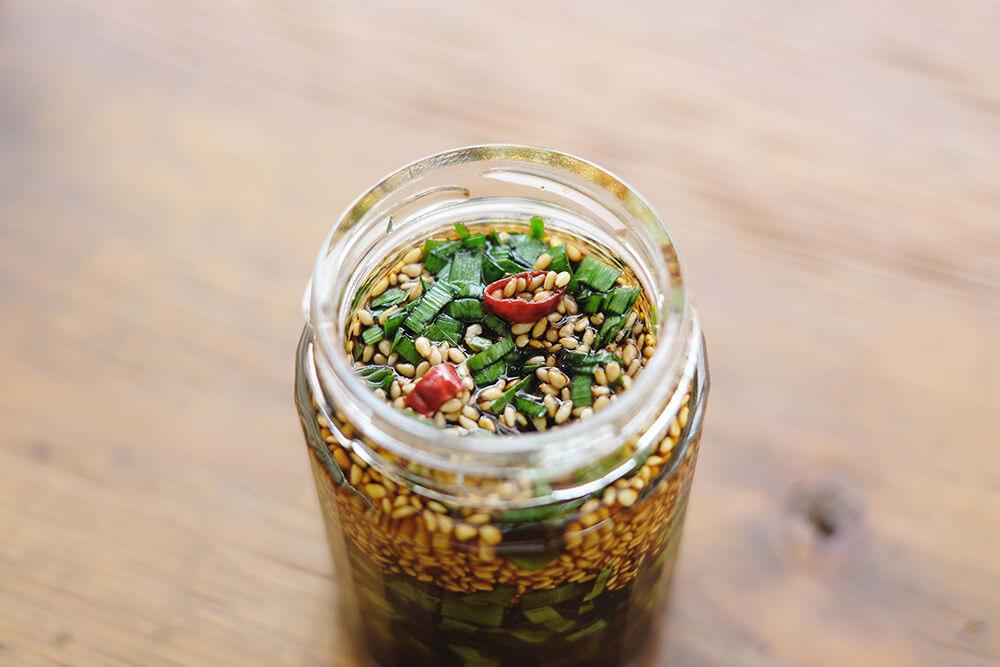 【ツマめしレシピ】08|糀醤油でつくる、簡単万能調味料「にら醤油」