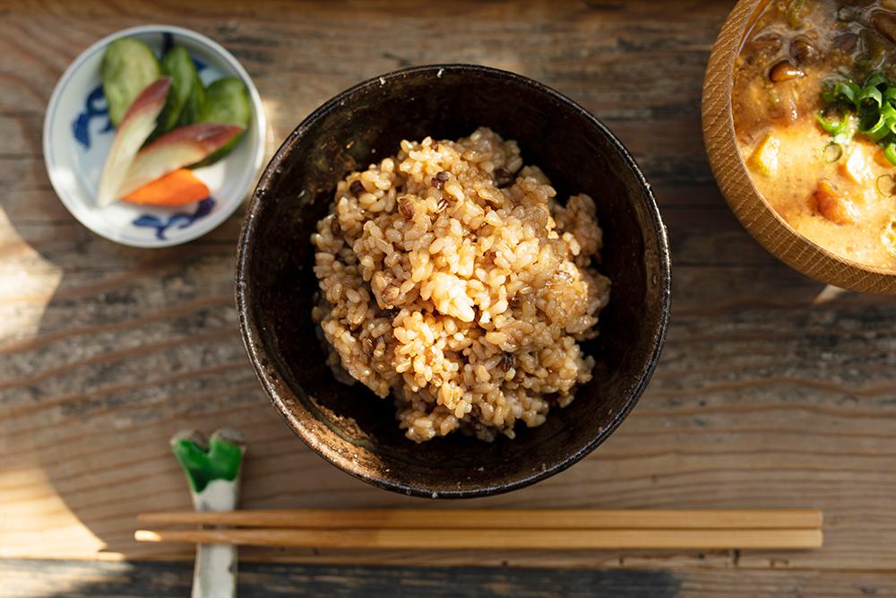 玄米ごはんのある食卓のイメージ