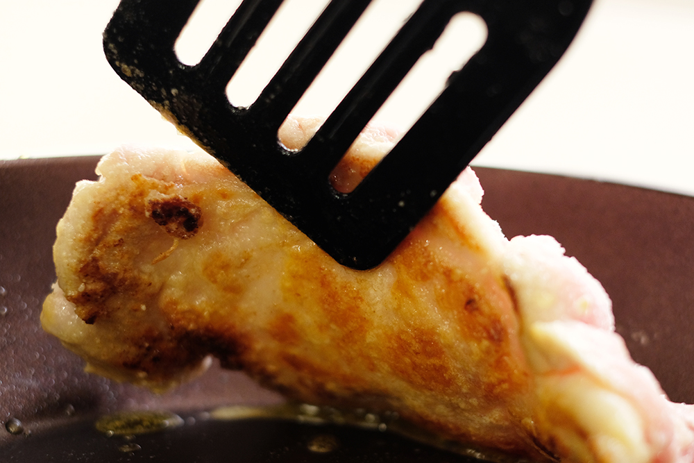 鶏肉の焼き加減をチェック