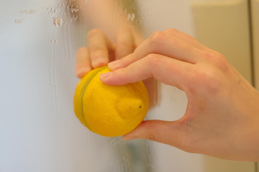 カットしたレモンの断面で鏡を磨く