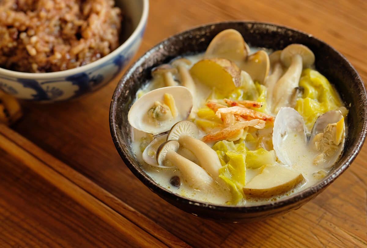 【ツマめしレシピ】06|春野菜と甘酒の自然な甘みを味わう、あさりと桜えびの豆乳スープ。