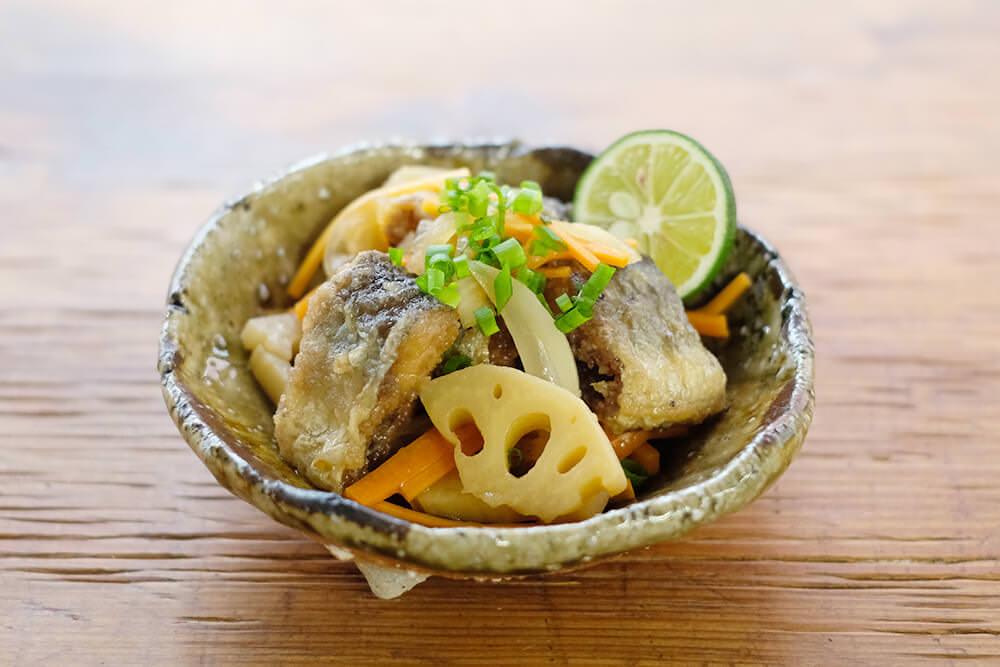 【ツマめしレシピ】20|骨まで食べられる!じっくり揚げたさんまとレンコンの南蛮漬け