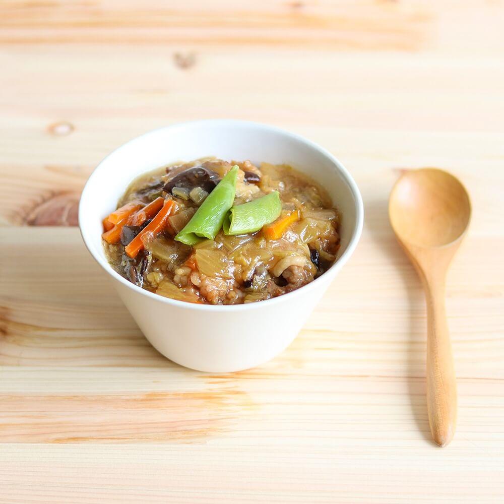 国産の野菜が入った、豚肉の旨味とほのかなごま油風味が美味しい「野菜たっぷり中華丼」。