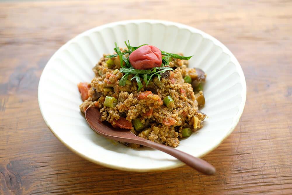 【ツマめしレシピ】18|意外な組み合わせ?梅干しを使った、さっぱり夏野菜カレー