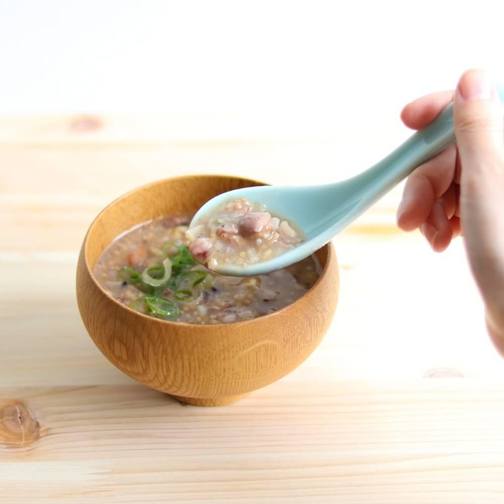 しょうゆ糀で味付けした「レンコン鶏雑炊」。