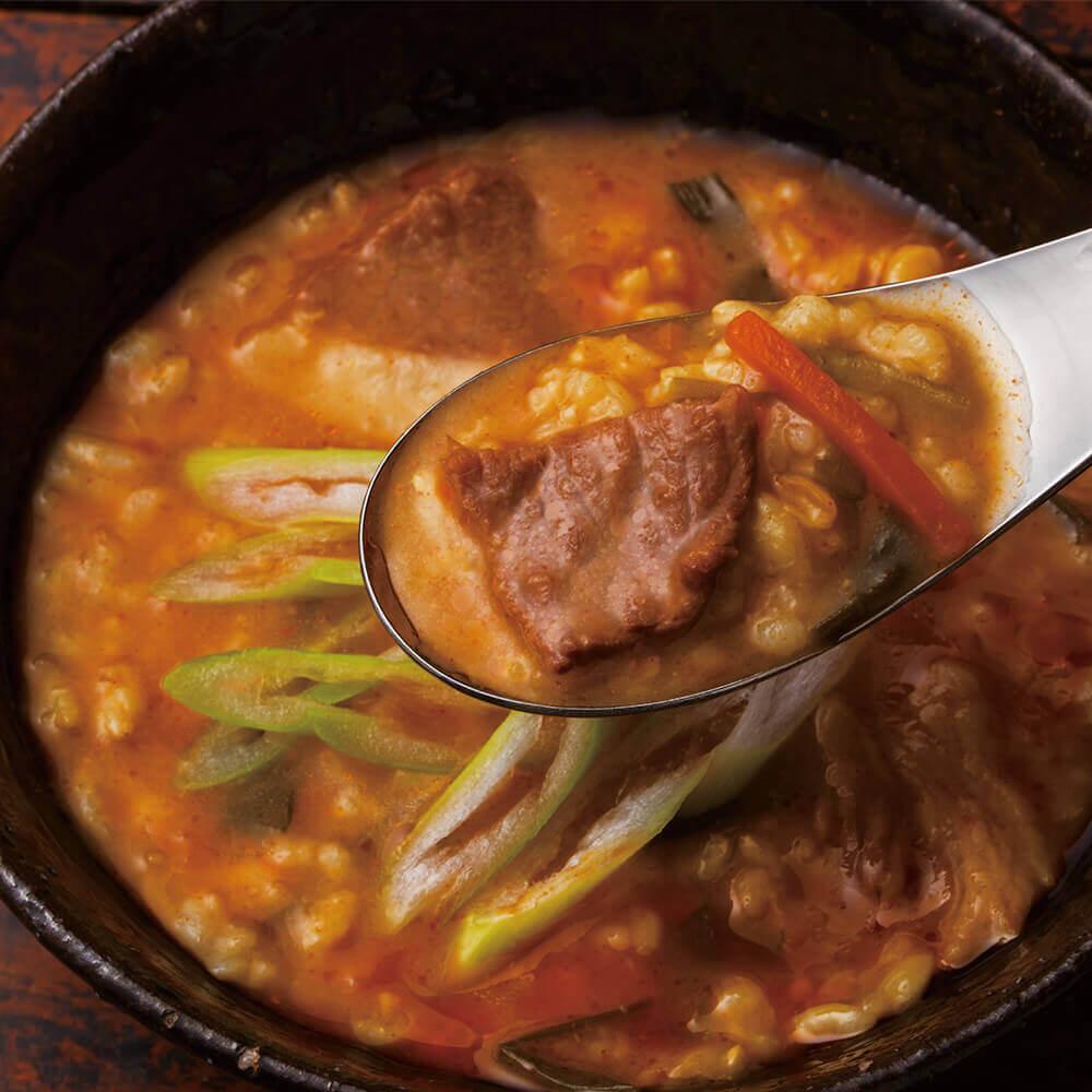 にんにくとごま油の風味が食欲をそそる、ピリッと辛い玄米雑炊
